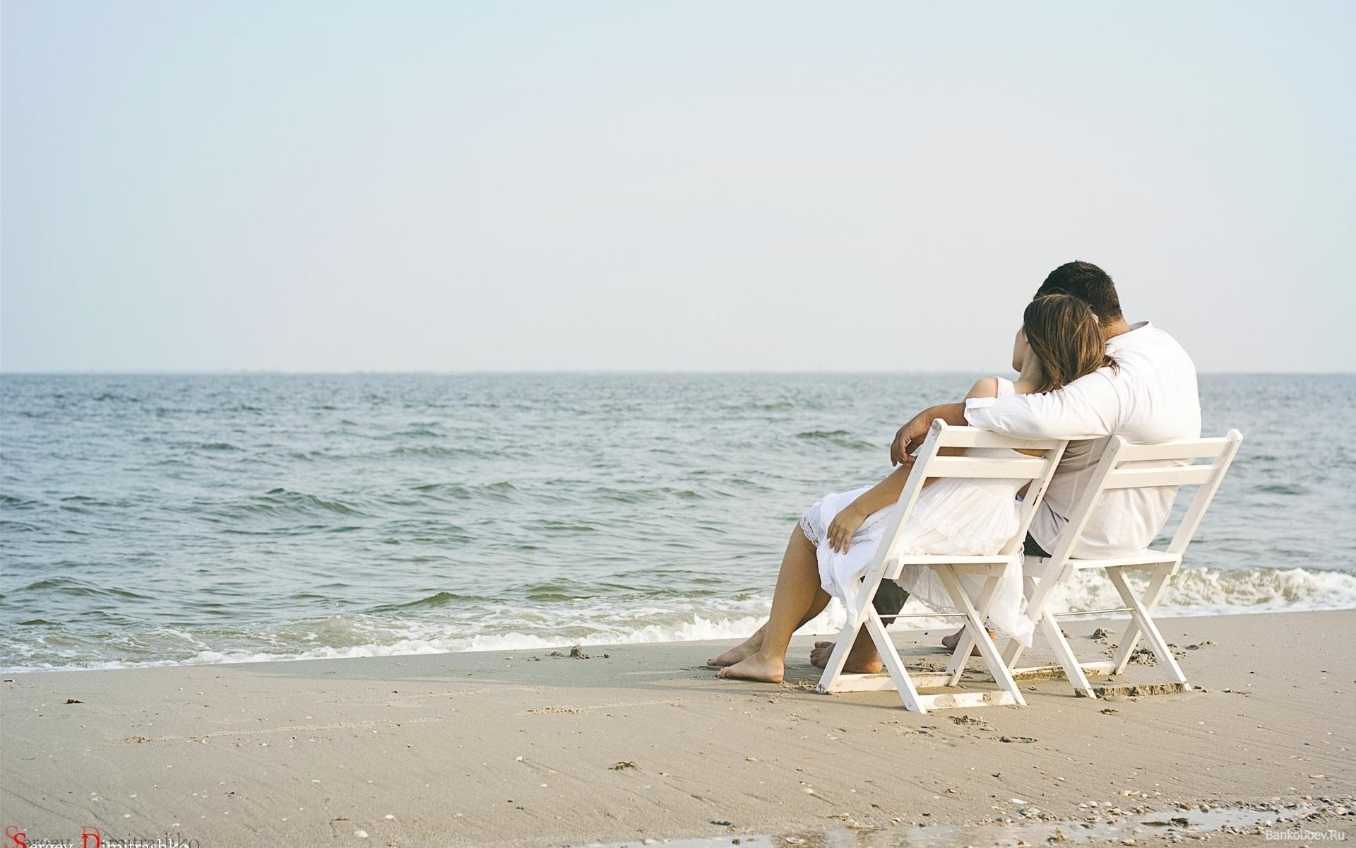 摄图网-沙滩相拥的情侣